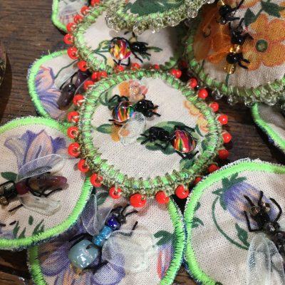 Broches textiles en hommage aux insectes